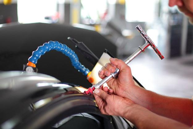 Zastosowanie tej metody wymaga precyzji i doświadczenia, nabytego w czasie szkoleń i długotrwałych ćwiczeń w praktyce. /Motor