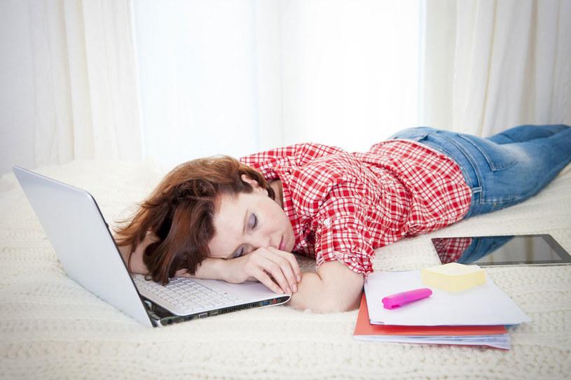 Zastrzyki energii nie zastąpią wysypiania się. By się zregenerować, staraj się przesypiać osiem godzin na dobę. /123RF/PICSEL