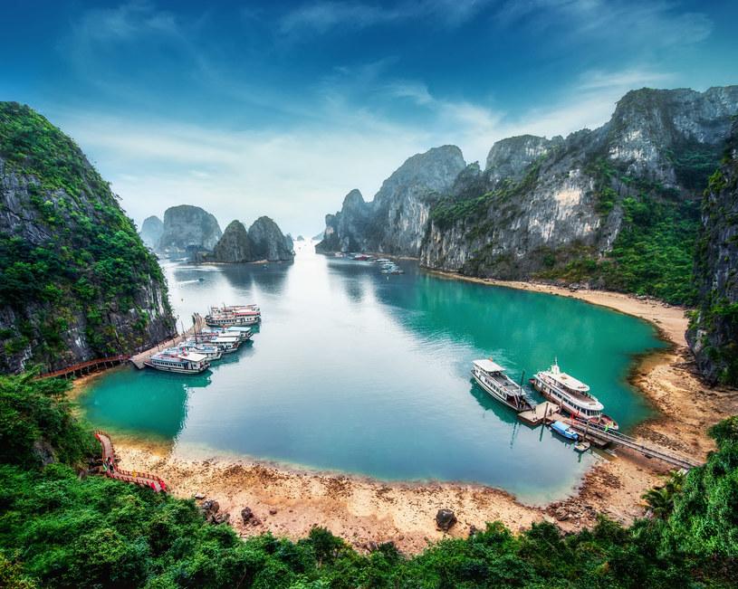 Zatoka Ha Long uznawana jest za najpiękniejsze miejsce w Wietnamie /123/RF PICSEL