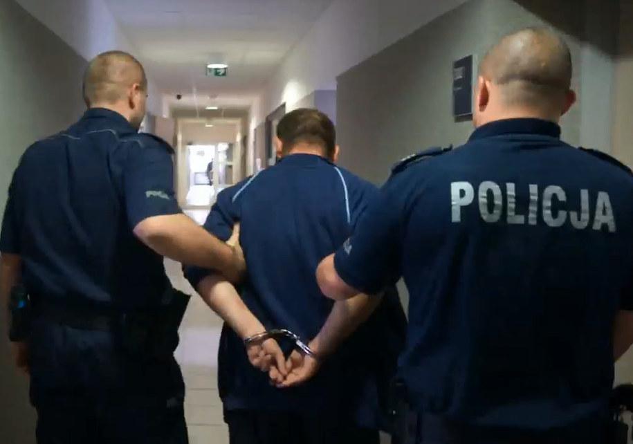 Zatrzymany 30-letni pedofil (kadr z filmu opublikowanego na stronach śląskiej policji) /slaska.policja.gov.pl /Zrzut ekranu