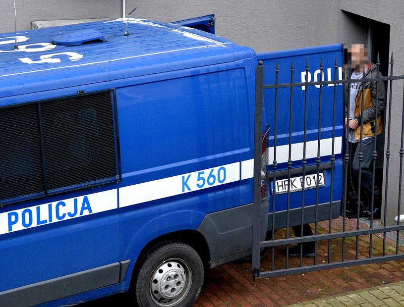Zatrzymany mężczyzna wyprowadzany po przesłuchaniu z prokuratury /Darek Delmanowicz /PAP