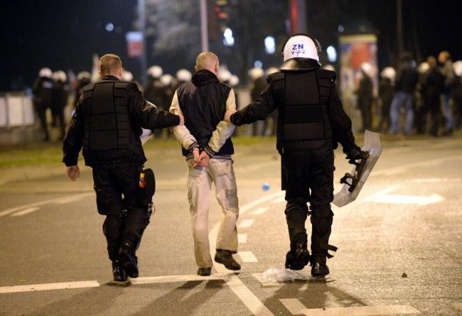 Zatrzymany podczas zamieszek na rondzie Waszyngtona /Jacek Turczyk /PAP