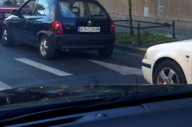 Zauważasz oto, że odstępy między autami stojącymi w kolejce do świateł są duże, by nie powiedzieć ogromne /poboczem.pl