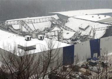 Zawalony dach katowickiej hali /AFP