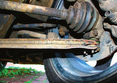 Zawieszenie jest proste i trwałe, ale osłony przegubów zwykle trzeba zmienić po zakupie. /Motor