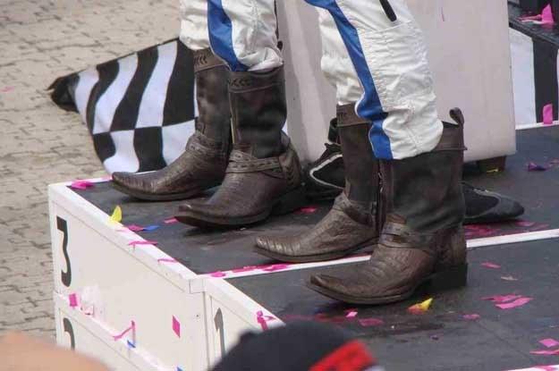 Zawodnicy dostali  w prezencie od sponsorów... kowbojskie buty /INTERIA.PL