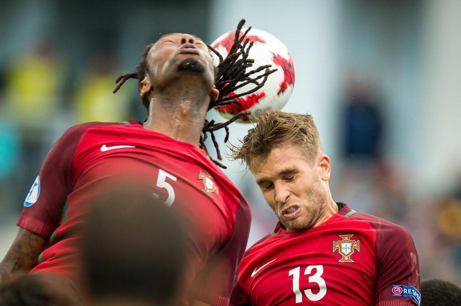 Zawodnicy reprezentacji Portugalii Ruben Semedo (L) i Kevin Rodrigues (P) podczas meczu z Serbią w grupie B piłkarskich mistrzostw Europy U21 w Bydgoszczy /Tytus Żmijewski /PAP