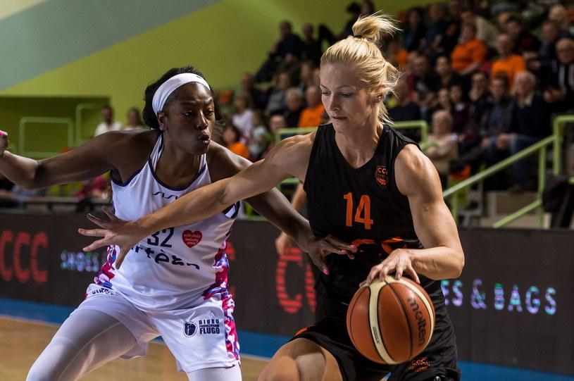 Zawodniczka CCC Polkowice Magdalena Leciejewska (P) i Bernice Mosby (L) z Artego Bydgoszcz /Maciej Kulczyński /PAP