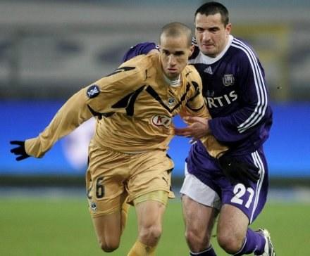 Zawodnik Girondins Bordeaux Gabriel Obertan (L) walczy o piłkę z Polakiem Marcinem Wasilewskim (P) /AFP