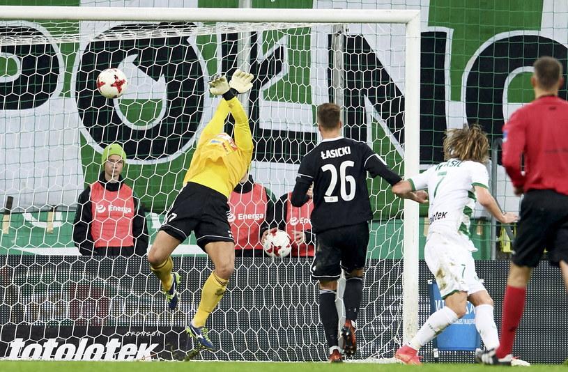 Zawodnik Lechii Gdańsk Milosz Krasić (drugi z prawej) strzela gola w meczu z Wisłą Płock /Adam Warżawa /PAP