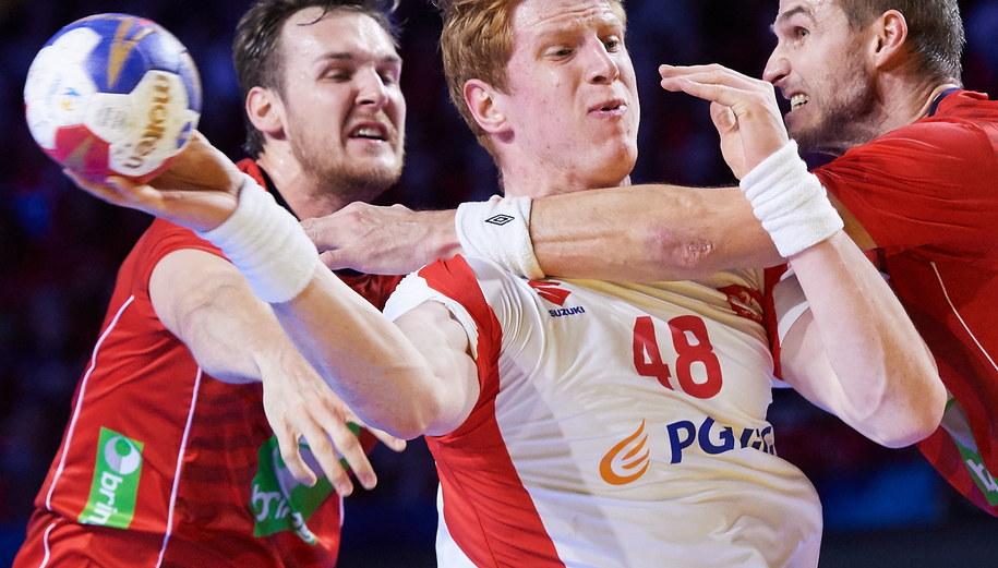 Zawodnik reprezentacji Polski Tomasz Gębala (C) oraz ChristianO'Sullivan (L) i Bjarne Myrhol (P) z Norwegii /Adam Warżawa /PAP