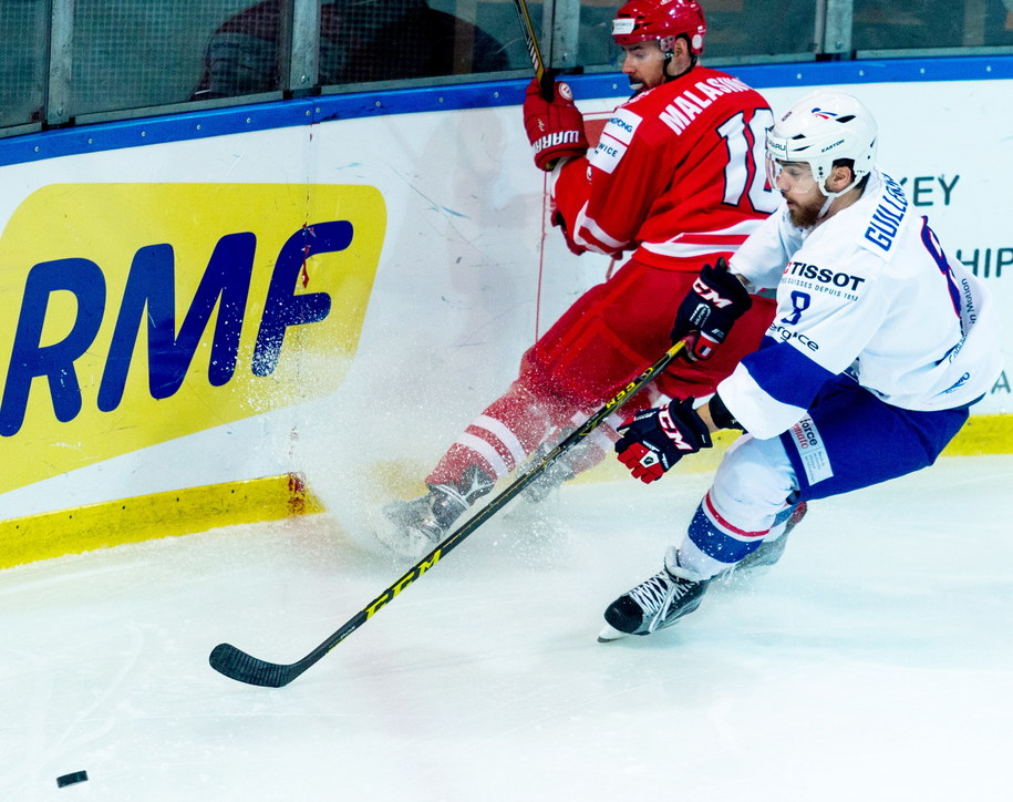 Zawodnik reprezentacji Polski Tomasz Malasiński i Francuz Leo Guillemain w meczu turnieju Euro Ice Hockey Challenge w Katowicach /Andrzej Grygiel /PAP
