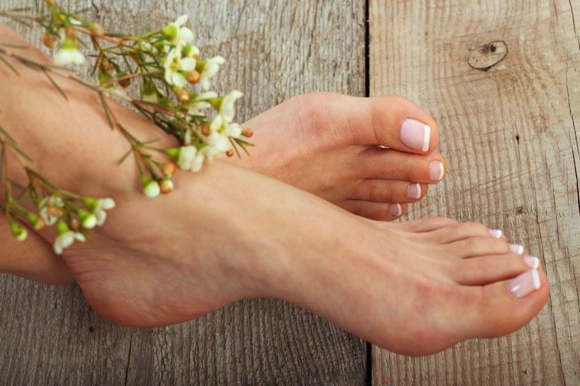 Zawsze dokładnie osuszaj stopy po myciu /123RF/PICSEL