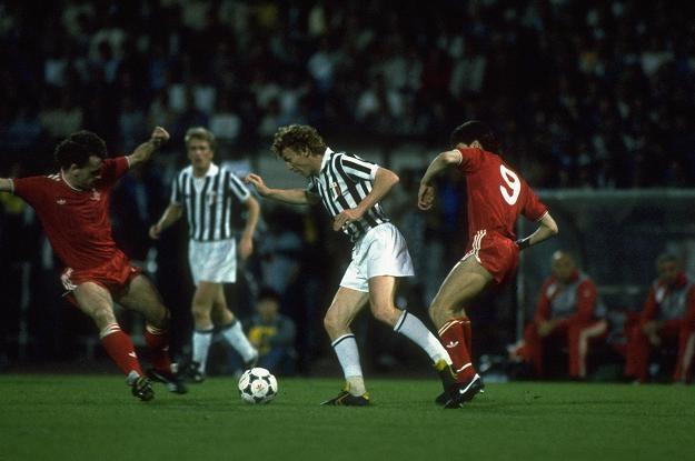 Zbigniew Boniek (drugi od prawej) atakowany przez Iana Rusha z Liverpool FC w finale PE 1985 /Getty Images/Flash Press Media