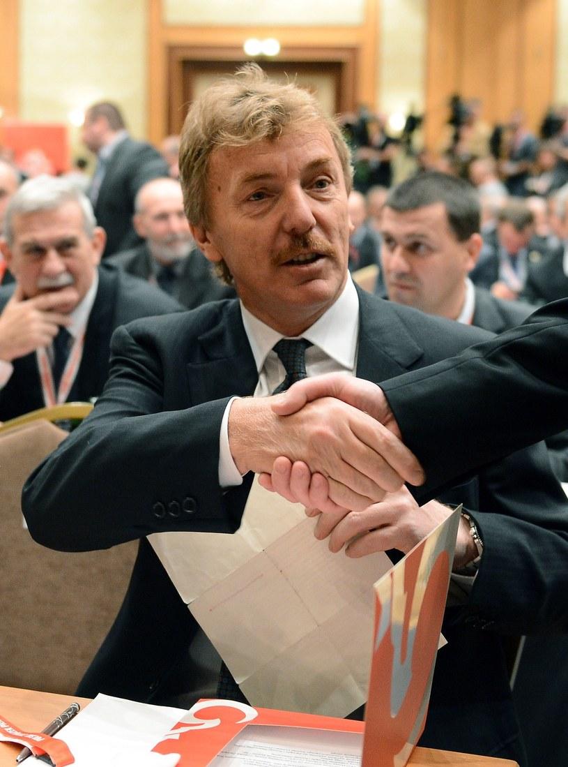 Zbigniew Boniek odbiera gratulację po wygraniu wyborów na prezesa PZPN-u. /AFP