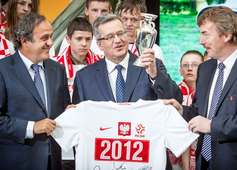 Zbigniew Boniek w towarzystwie prezydenta RP Bronisława Komorowskiego i prezydenta UEFA Michela Platiniego. /AFP