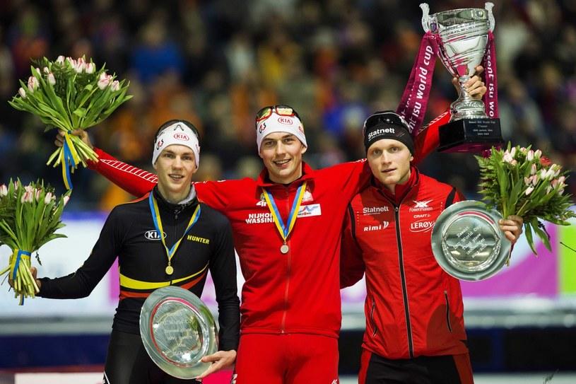 Zbigniew Bródka (w środku) jako pierwszy w historii polski łyżwiarz zdobył Puchar Świata /PAP/EPA