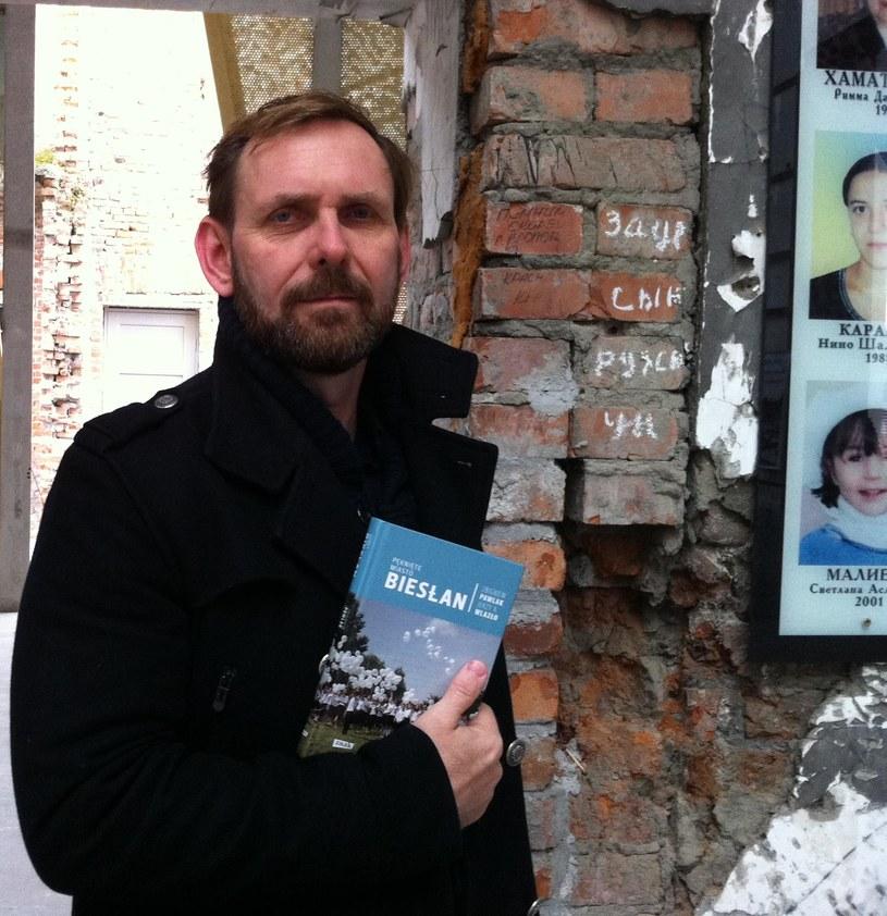 Zbigniew Pawlak na terenie szkoły w Biesłanie /