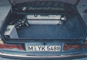 Zbiornik wodoru w bagażniku BMW serii 7 mieści 93 l skroplonego gazu, co wystarcza na pokonanie około 300 kilometrów - wodór nie jest paliwem zbyt wydajnym i ustępuje zdecydowanie benzynie. /BMW