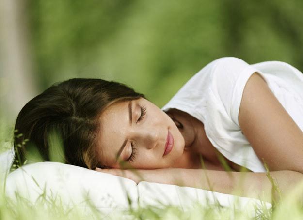 Zbyt krótki sen zwiększa przyrost masy ciała, jak również sprzyja większej ilości spożywanego jedzenia /123RF/PICSEL