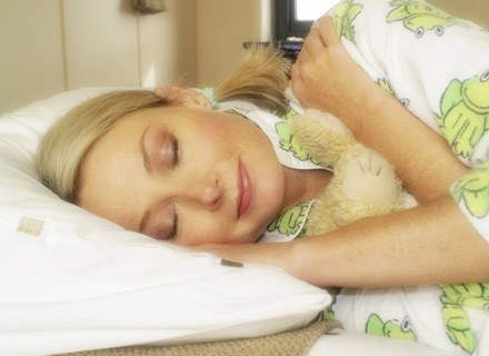 Zdaniem naukowców, najbardziej optymalna długość snu to siedem godzin. /ThetaXstock