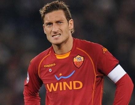 Zdaniem niektórych Francesco Totti niszczy potęgę klubu AS Roma /AFP