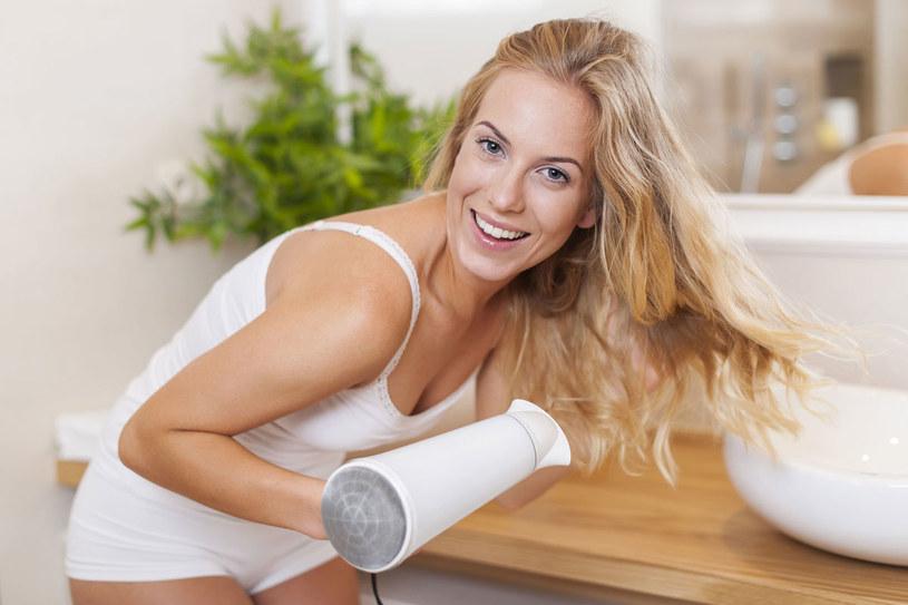 Zdarza ci się, że podczas suszenia parzysz sobie skórę głowy? To znaczy, że także dla twoich włosów temperatura jest zbyt wysoka. /©123RF/PICSEL