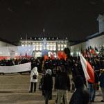 """""""Zdejmij jarmułkę, podpisz ustawę"""" vs """"Faszyzm stop!"""". Dwie demonstracje przed Pałacem"""