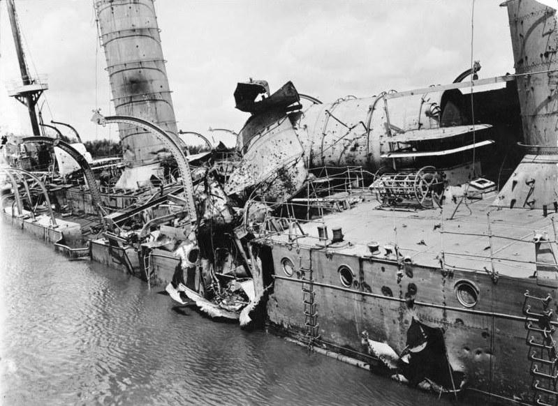 """Zdemolowany przez brytyjskie pociski kadłub """"Königsberga"""" /Wikimedia Commons /INTERIA.PL/materiały prasowe"""