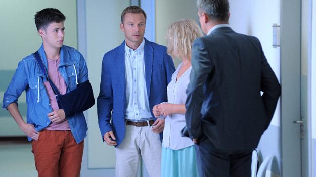 Zdenerwowany Budzyński informuje Martę, że świadek wypadku zmienił zeznania na niekorzyść chłopaka. /Agencja W. Impact