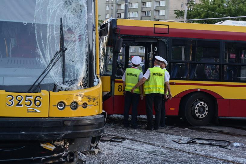 Zderzenie autobusu miejskiego z tramwajem na skrzyżowaniu ulic Marszałkowskiej i Królewskiej w /Jakub Kamiński   /PAP
