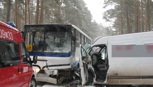 Zderzenie autobusu szkolnego z busem
