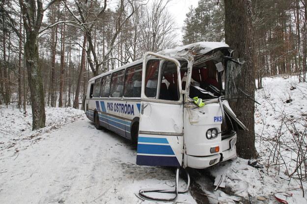 Zderzenie autobusu z drzewem /PAP