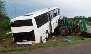 Zderzenie ciągnika z autobusem