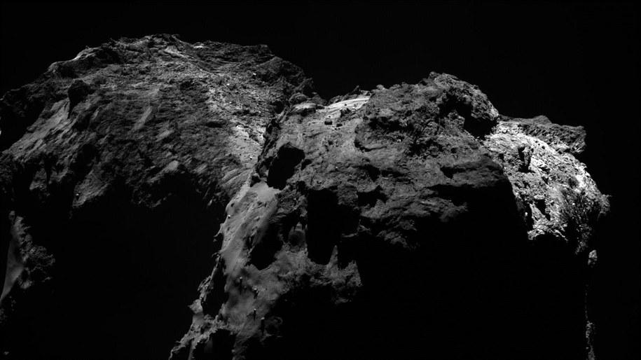 Zdjecie jadra komety 67P, wykonane przez sondę Rosetta 20 grudnia 2015 roku z odległości 91,5 kilometra /ESA/Rosetta/MPS for OSIRIS Team MPS/UPD/LAM/IAA/SSO/INTA/UPM/DASP/IDA /materiały prasowe