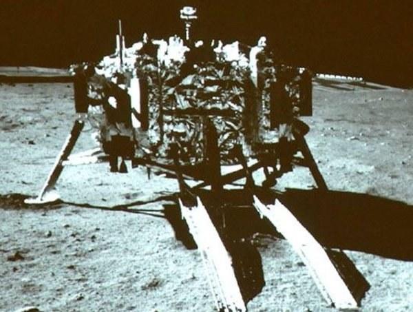 Zdjęcie lądownika Chang'e 3 na Księżycu /Kosmonauta