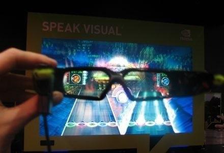 """Zdjęcie nie oddają efektu 3D - w tle widzimy grę """"Guitar Hero"""" /INTERIA.PL"""