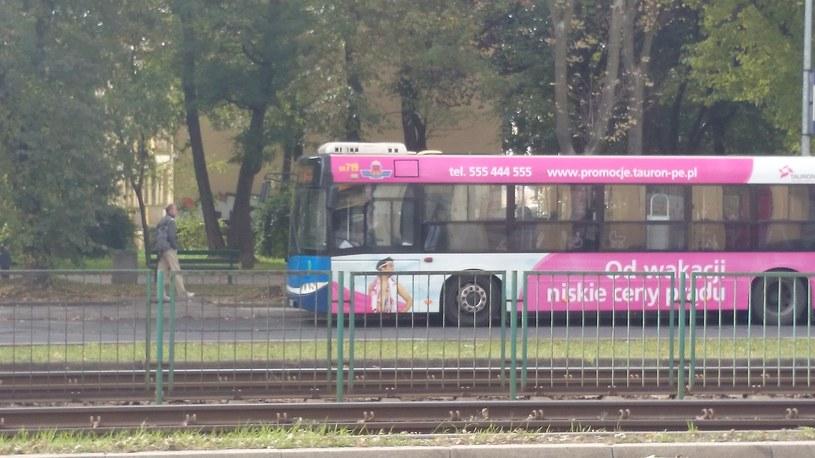 Zdjęcie poruszającego się autobusu wykonane po zbliżeniu /INTERIA.PL
