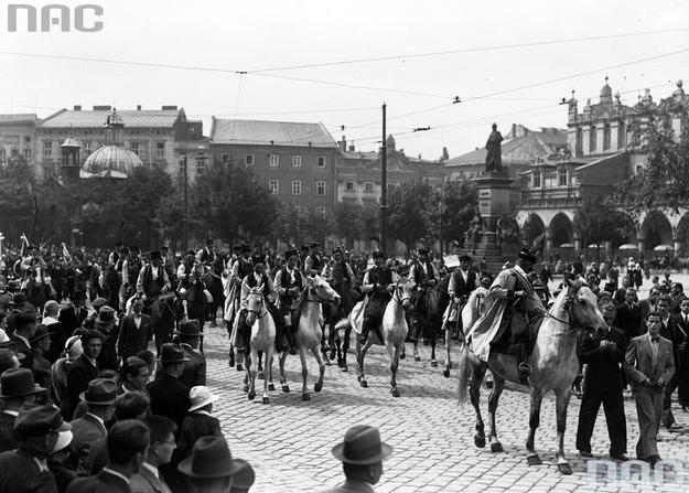 Zdjęcie Rynku Głównego z 1934 roku. Święto dorożkarzy w Krakowie /Z archiwum Narodowego Archiwum Cyfrowego