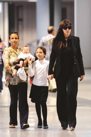 Zdjęcie sprzed trzech lat, zrobione wkrótce po narodzinach drugiej córki aktorki – Léonie. Aktorka miała wtedy 46 lat, a jej starsza córka sześć. /FORUM Polska Agencja
