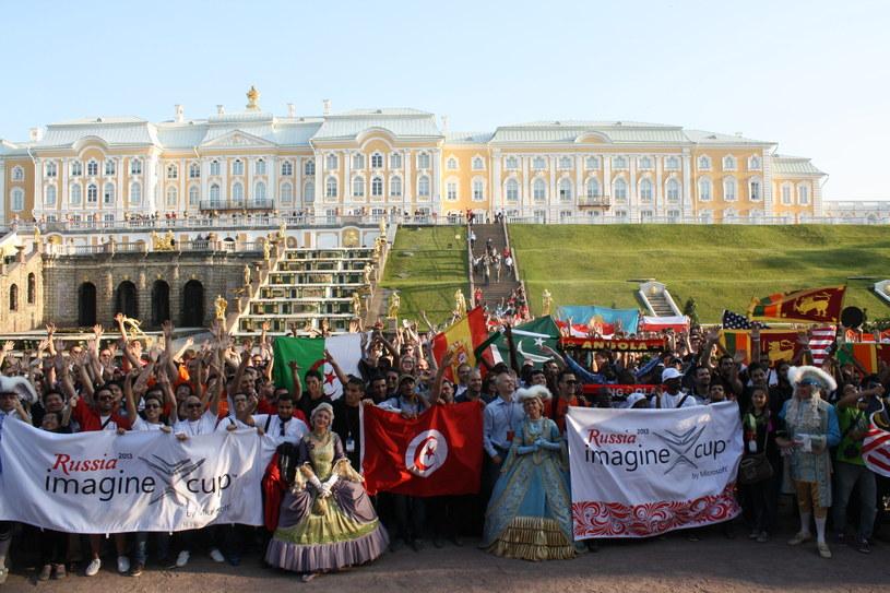 Zdjęcie wszystkich uczestników Imagine Cup - w tle zespół pałacowo-ogrodowy Peterhof /INTERIA.PL