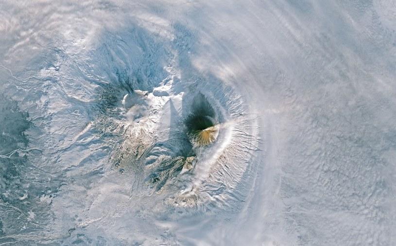 Zdjęcie wulkanu na Kamczatce okiem Landsata 8 (9-10 stycznia 2018) /materiały prasowe