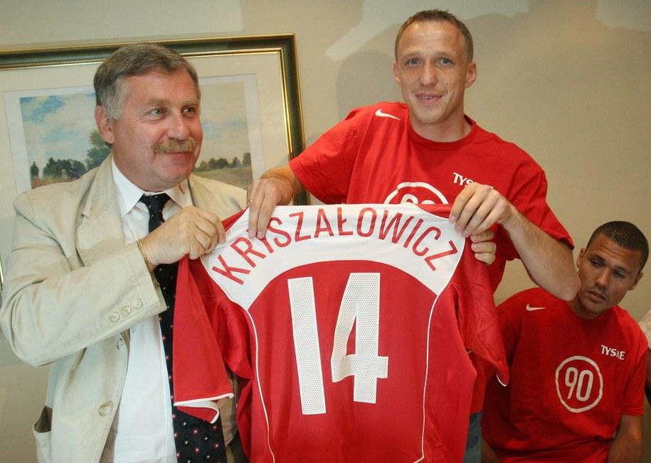 Zdjęcie z 2005 roku: Ówczesny trener Wisły Kraków Jerzy Engel wręcza koszulkę Pawłowi Kryszałowiczowi / Jacek Bednarczyk    /PAP