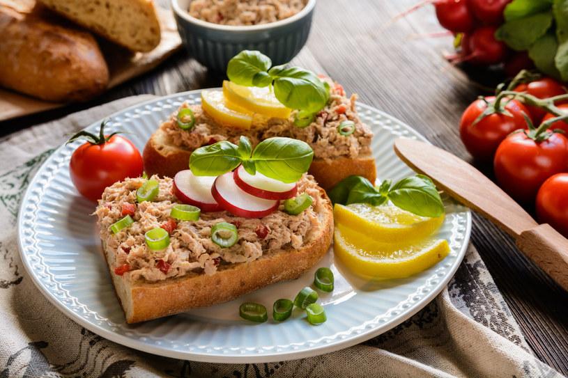Zdrowa dieta powinna opierać się na naturalnych produktach, a posiłki najlepiej jeść w równych odstępach czasowych /©123RF/PICSEL