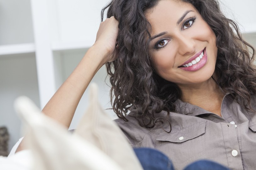 Zdrowe, białe zęby to gwarancja pięknego uśmiechu /123RF/PICSEL