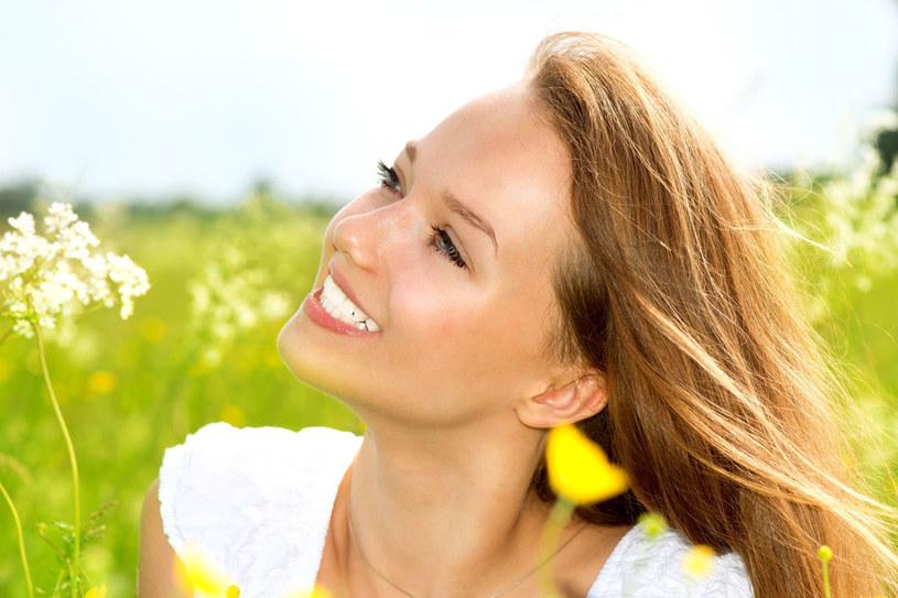 Zdrowe zęby to również zasługa przebywania na słońcu /123RF/PICSEL