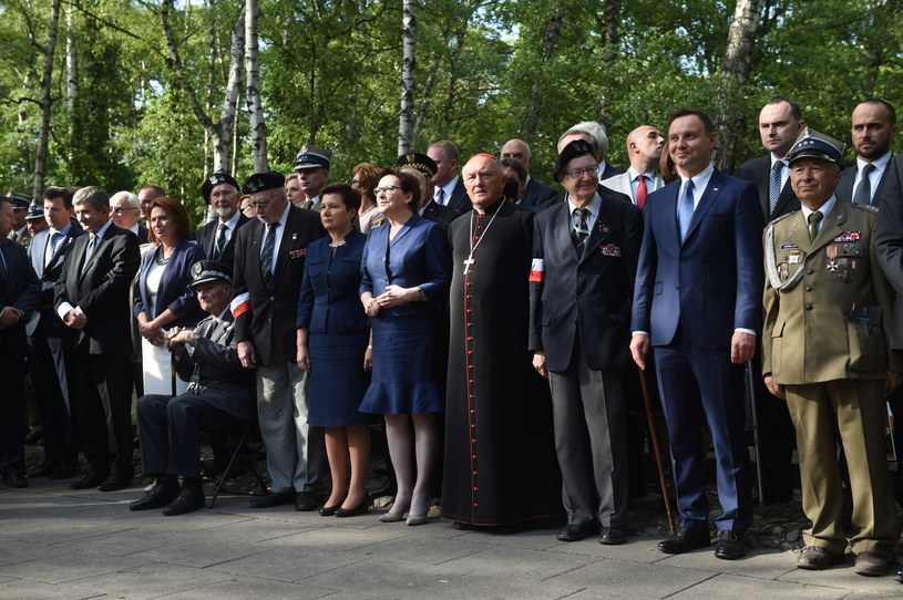 Zebrani pod pomnikiem Gloria Victis na warszawskich Powązkach /Radek Pietruszka /PAP