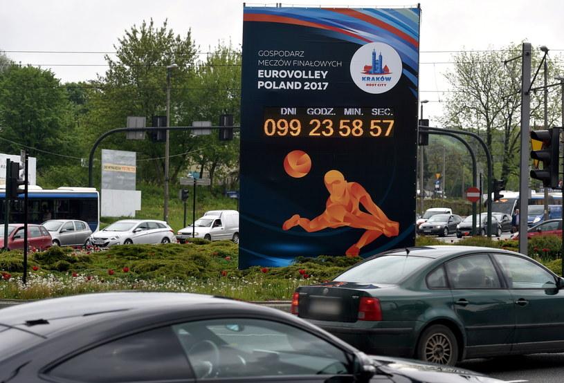Zegar został umieszczony na rondzie Matecznego w w Krakowie /Jacek Bednarczyk /PAP