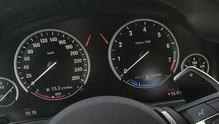 Zegary X5 xDrive40e – na niebiesko wskaźnik poziomu naładowania baterii /INTERIA.PL