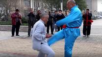 """""""Żelazne cojones"""" mistrzów Kung Fu. Boli od samego patrzenia"""